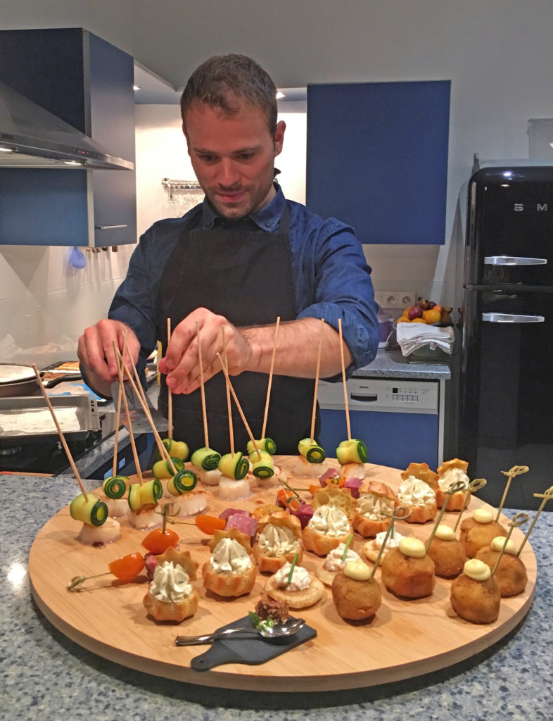 adam Brunet chef à domicile sur le bassin d'Arcachon et Bordeaux en action pendant un aperitif-dinatoire