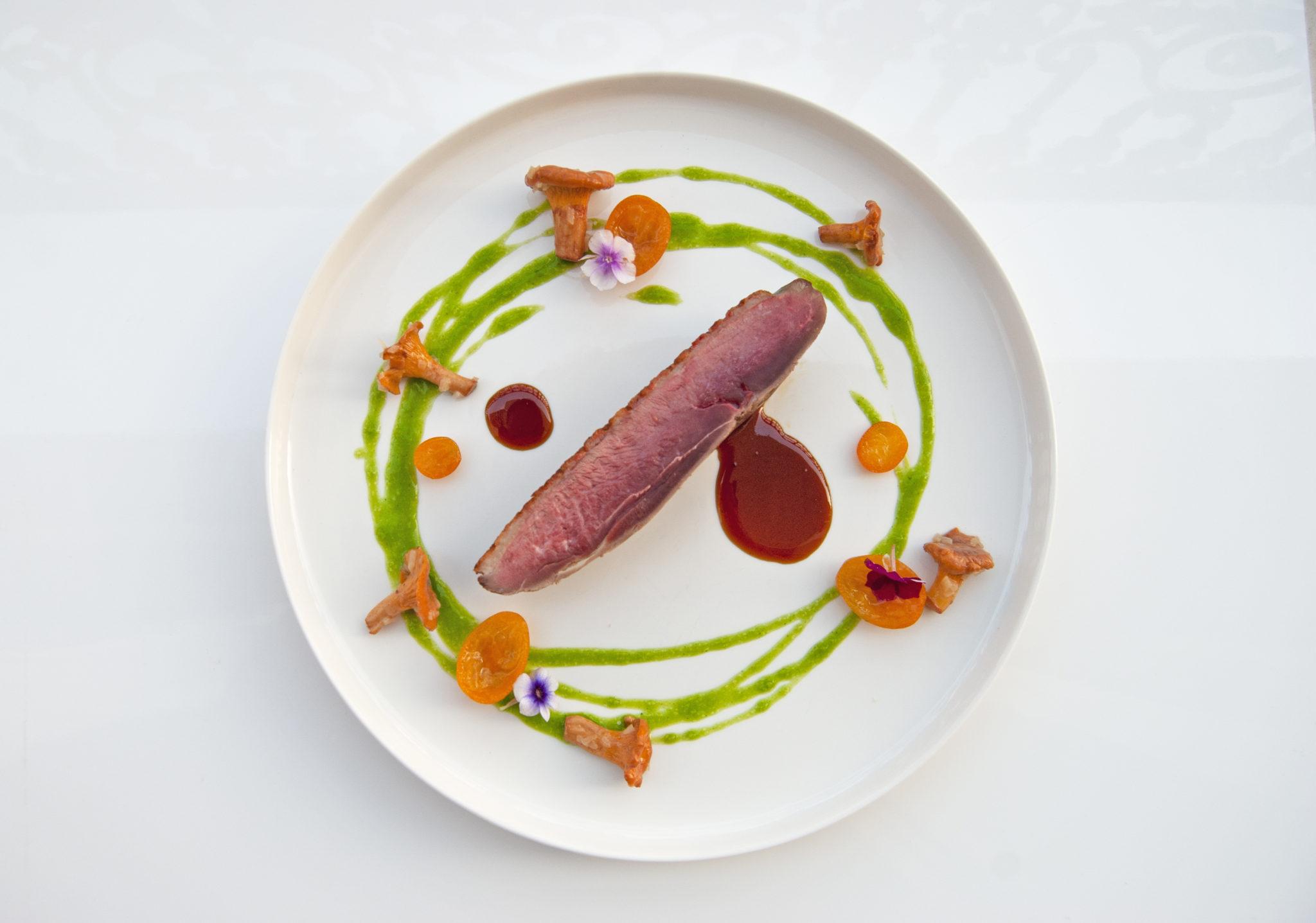 Le magret de canard des landes / girolles / coulis de persil / Kumquat / jus d'agrumes par Adam Brunet Chef à Domicile sur le Bassin d'Arcachon et Bordeaux