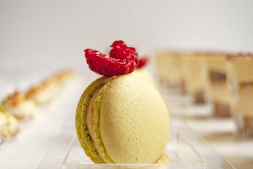 Macaron/ citron/ framboise présentation d'un apéritif dînatoire