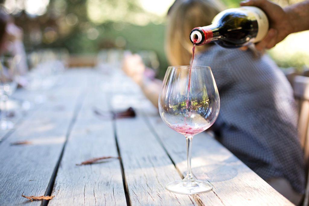 vin italien verser dans un verre