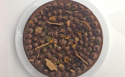 Le gâteau au chocolat décoré par adam brunet chef à domicile sur le Bassin d'Arcachon et la région bordelaise.