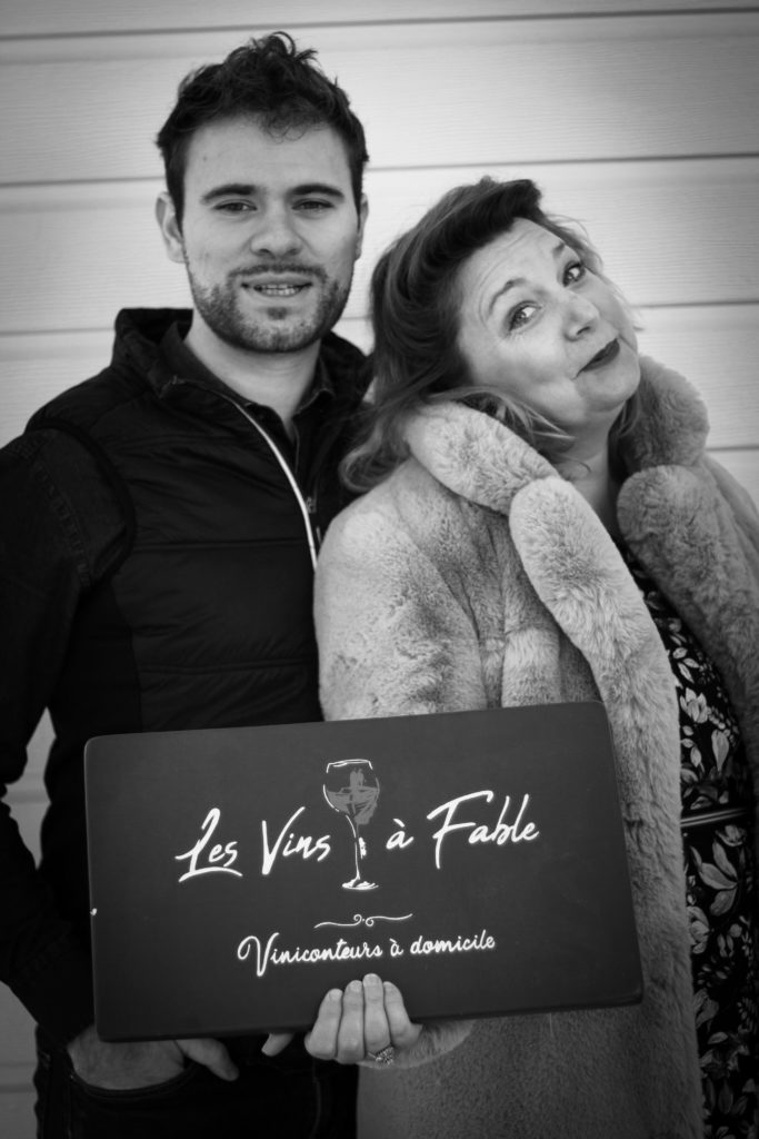 Adam Brunet et Angélique Danède tiennent la pancarte les Vins à Fable
