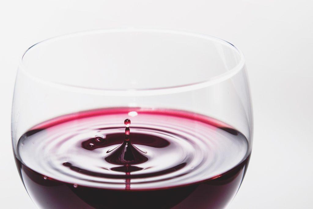 Les verres et le vin :Le Buvant d'un verre à vin rouge