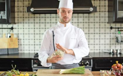 Chef Adam qui donne un cours de cuisine